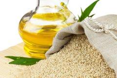 Sacco della bottiglia del seme di sesamo e di olio di vetro Fotografia Stock Libera da Diritti