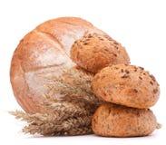 Sacco della farina e del pane fresco isolato sul ritaglio bianco del fondo Immagine Stock