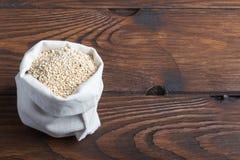 Sacco di bio- fagioli della quinoa fotografia stock libera da diritti