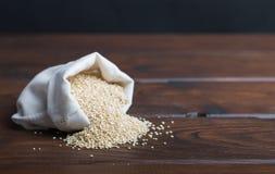 Sacco di bio- fagioli della quinoa immagini stock