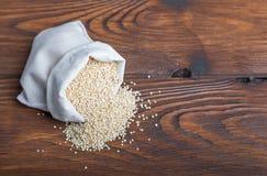Sacco di bio- fagioli della quinoa immagine stock
