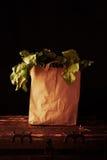 Sacco di carta con i verdi di barbabietola Concetto di acquisto di drogheria sano Immagine Stock Libera da Diritti