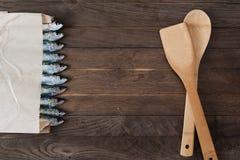 Sacco di carta con le sardine Immagini Stock