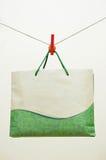 Sacco di carta del Brown e clothespin rosso Fotografie Stock