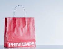 Sacco di carta rosso con il logo di modo dei printemps Fotografie Stock