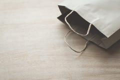 Sacco di carta su un fondo di legno Immagine Stock Libera da Diritti