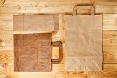 Sacco di carta su una struttura di legno Fotografie Stock Libere da Diritti