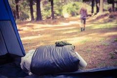 Sacco a pelo davanti ad allontanarsi biondo del campeggiatore Fotografie Stock Libere da Diritti