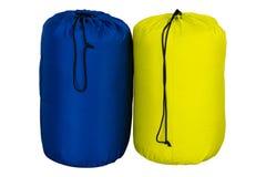 Sacco a pelo turistico di colore giallo e blu caldo per l'escursione e per una tenda, sprofondato, isolata su fondo bianco Fotografia Stock Libera da Diritti