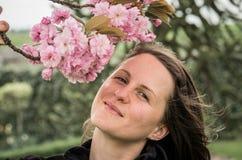 Saccura blommor och flicka Arkivfoto