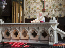 Sacerdote all'altare Fotografie Stock Libere da Diritti