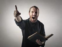 Sacerdote arrabbiato Fotografie Stock