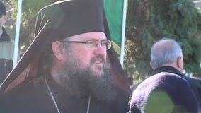 Sacerdote búlgaro en las calles de Sofía en Bulgaria metrajes