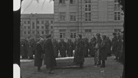Sacerdote Blesses The Dead en el entierro militar