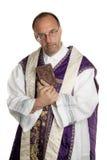Sacerdote católico con la biblia en iglesia Imágenes de archivo libres de regalías
