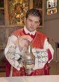 Sacerdote católico en el incienso del altar Imágenes de archivo libres de regalías