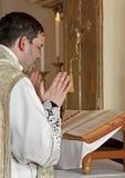 Sacerdote católico en la masa tridentina Foto de archivo libre de regalías