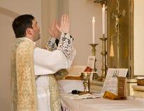 Sacerdote católico en la masa tridentina Imagen de archivo libre de regalías
