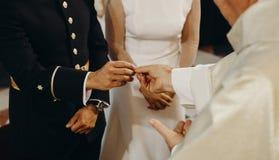 Sacerdote che dà fede nuziale allo sposo durante la cerimonia di nozze Fotografia Stock Libera da Diritti