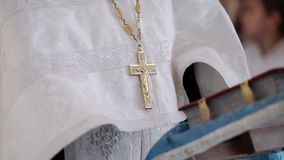 Sacerdote che prega con l'incrocio sul petto in chiesa video d archivio