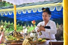 Sacerdote del Balinese de la mujer como el líder de rogación en el ritual hindú de Bali Imagen de archivo