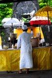 Sacerdote del Balinese que realiza un ritual Fotos de archivo libres de regalías