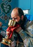 Sacerdote durante ceremonia ortodoxa de la liturgia Fotos de archivo libres de regalías