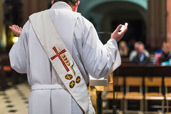 Sacerdote durante una ceremonia fotografía de archivo libre de regalías