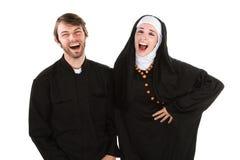 Sacerdote e suora di divertimento Immagine Stock Libera da Diritti