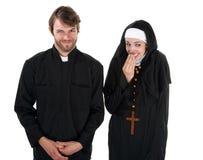 Sacerdote e suora di divertimento Fotografia Stock Libera da Diritti