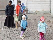 Sacerdote e una famiglia in cattedrale a Ekaterinburg, Federazione Russa Immagine Stock