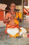 Sacerdote en la ceremonia de inauguración india del templo Imagen de archivo