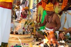 Sacerdote en la ceremonia de inauguración india del templo Foto de archivo