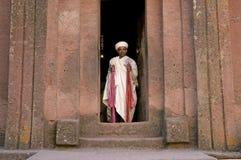 Sacerdote en las iglesias cortadas roca antigua del lalibela Etiopía imagen de archivo