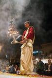 Sacerdote hindú durante la ceremonia religiosa de Ganga Aarti Imagen de archivo libre de regalías