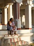 Sacerdote indiano che si siede in una parte anteriore di un tempiale Fotografie Stock Libere da Diritti
