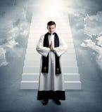 Sacerdote joven en el donante de su bendición Imagen de archivo libre de regalías