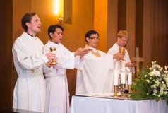Sacerdote luterano durante la comunione nel culto Fotografia Stock Libera da Diritti