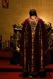 Sacerdote nell'altare Immagine Stock Libera da Diritti