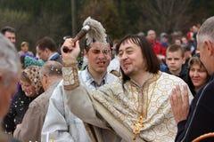Sacerdote ortodoxo durante ceremonia Imágenes de archivo libres de regalías