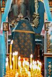 Sacerdote ortodoxo en altar fotos de archivo libres de regalías