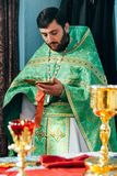Sacerdote ortodoxo en altar foto de archivo