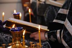 Sacerdote ortodoxo en la iglesia foto de archivo