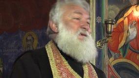Sacerdote ortodoxo rural búlgaro de servicio metrajes