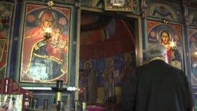 Sacerdote ortodoxo rural de servicio en Bulgaria almacen de video