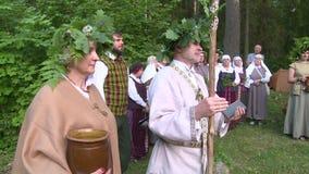 Sacerdote pagano con la guirnalda del palillo y del roble en la charla principal a la gente Día de pleno verano almacen de video