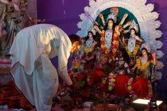 Sacerdote que adora en templo hindú Imagen de archivo
