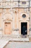 Sacerdote que camina en la iglesia Fotografía de archivo