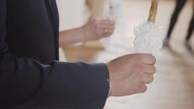 Sacerdote que ruega en iglesia en la ceremonia de boda y puestos anillos para los recienes casados novia y novio almacen de metraje de vídeo