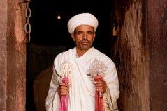 Sacerdote que se considera cruzado en el lalibella Etiopía África de la iglesia copta Fotografía de archivo